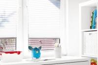 Zaluzje-plisowane-Anwis-zamontowane-na-oknie-wielo